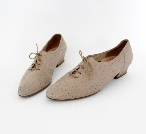 Vintage shoes. creme dotted lace up oxfords. size 38.5/8