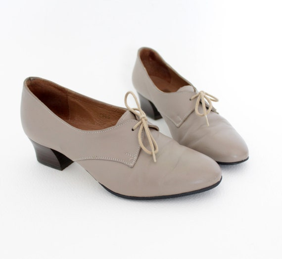 Vintage shoes. neutral tan oxford heels. size 38/7.5