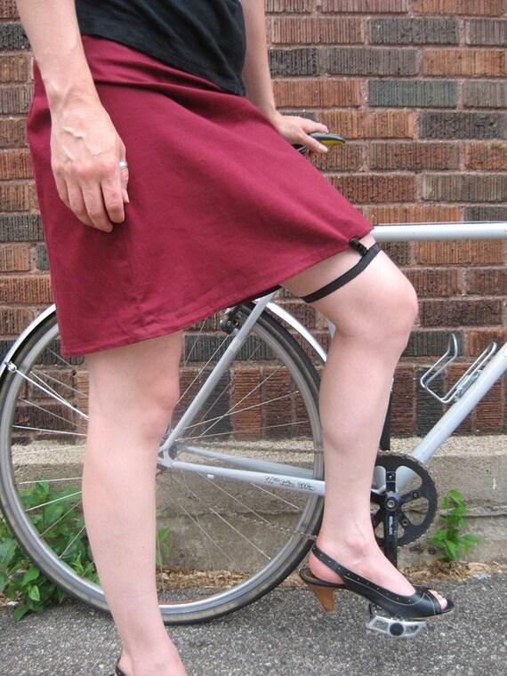 Skirt garter/clip for biking... in BLACK