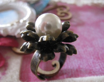 LUCILLE Pearl on Brass Flower Ring