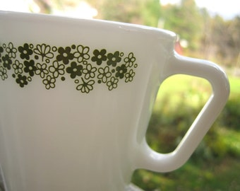 Vintage Pyrex Spring Blossom Mugs Green Daisly Flowers D shape handle set of 4
