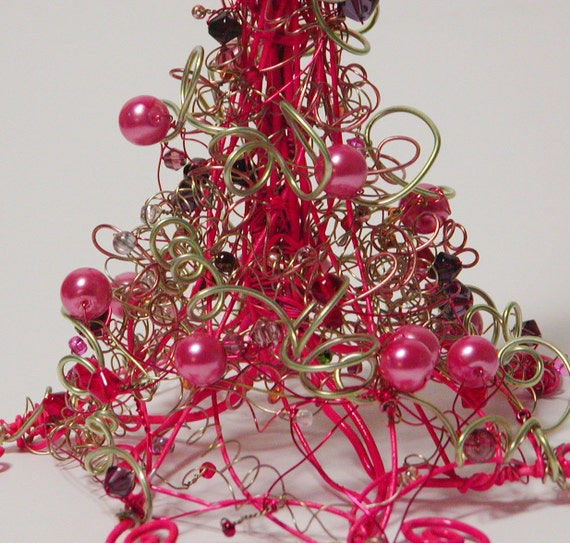 hot pink wire christmas tree with pink pearls and light. Black Bedroom Furniture Sets. Home Design Ideas
