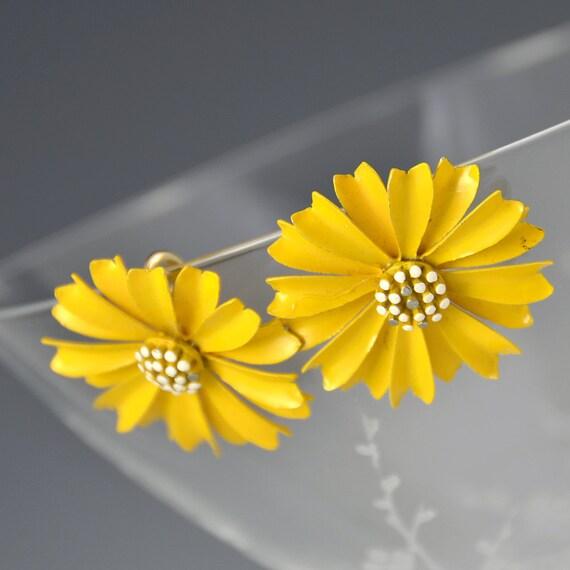 Enamel Earrings Flower Yellow White Daisy - Crown Trifari Signed Clip-On Vintage - 2178