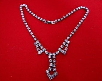 Vintage 1950s rhinestone necklace with pointed center in great condition