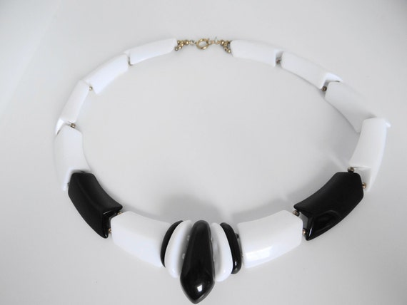 Vintage funky and chunky black and white lucite necklace in great condition