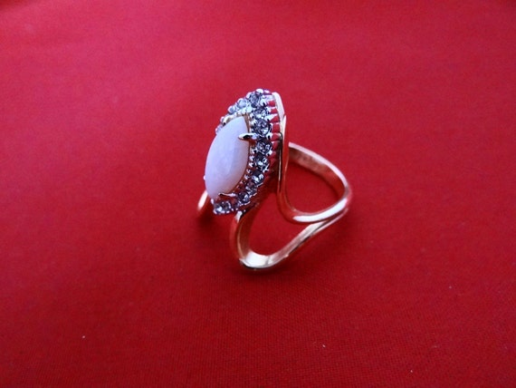 Vintage rhinestone and opal cocktail ring in great condition, size 7.5