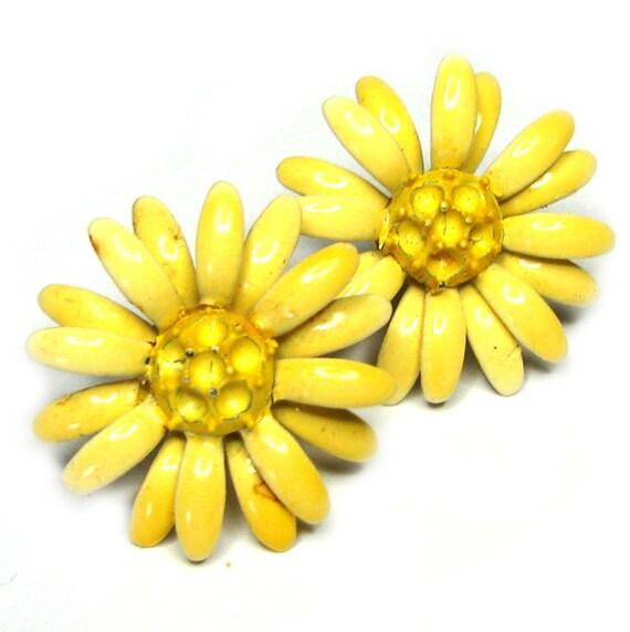 Vintage 60s Flower Earrings . Yellow Earrings . Enamel Flower Earrings . Metal Flower Earrings . 60s Earrings