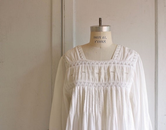 vintage edwardian lace nightgown . white embroidered 80s Poet chemise