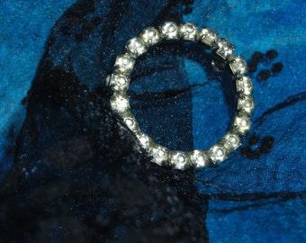 Mad Men Bling Bling / Vintage White Rhinestone Circle Pin