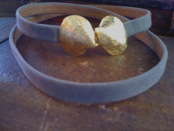 VINTAGE 1981 SKINNY GREY JEANNE BOUCHEVER LEATHER BELT with DOUBLE HEART SEA SHELL SET/ GOLD PLATE FINISH/SIGNED BUCKLE/ SIZE 32 NT5