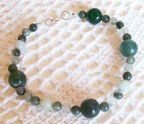Bead bracelet hand made with natural jade green beads