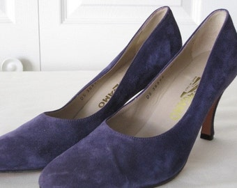 vintage Perfect Purple Suede High Heel Pumps by Salvatore Ferragamo  size 8 1/2 narrow