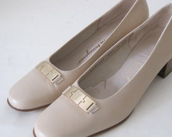 vintage Textured Taupe Leather Classic Pump by Salvatore Ferragamo - size 8 narrow