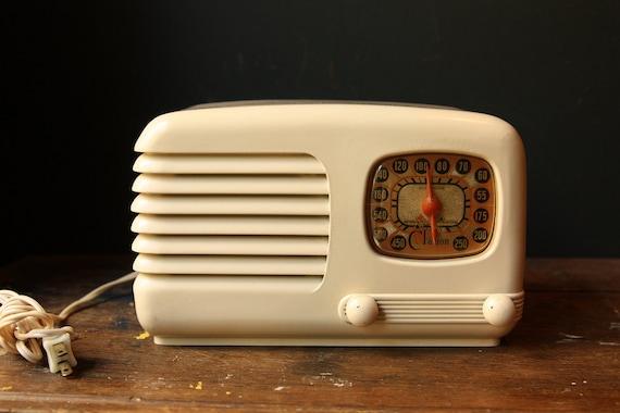 Vintage 1940s Clarion Bakelite AM Radio