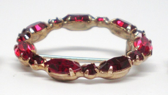 Vintage Brooch Statement Wreath of Garnet Crystal Rhinestones set in Gold Tone Prongs 50s
