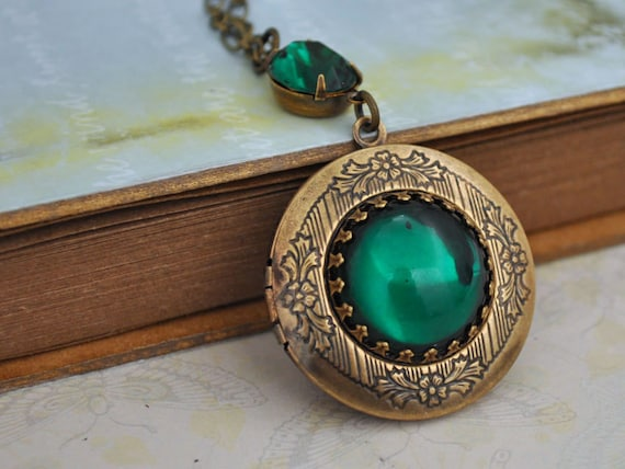 VINTAGE SPARKLE vintage emerald color glass jeweled locket necklace in antique brass