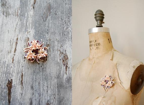 vintage brooch / vintage seashell brooch / costume jewelry