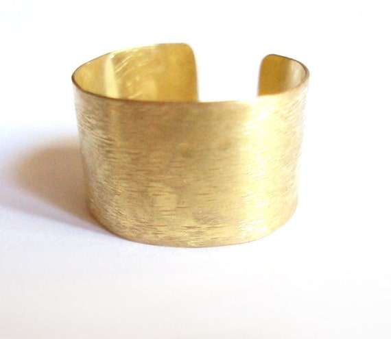 Big brass ring with scratched effect - Adjustable - For him and for her