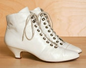 Size 8 ankle boots. 1980s vintage Amanda Smith. Ivory leather lace-up granny booties.