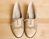 Ferragamo oxfords. Vintage 1980s taupe cream leather lace up shoes. Fits size 5.5 narrow width.