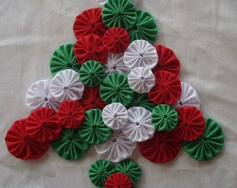 Christmas Fabric Yo Yo Suffolk Puff Assortment Scrapbook Quilt Applique Red White Green