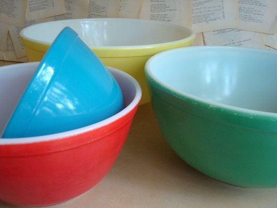 Vintage Pyrex 400 Series nesting bowls, primary colors