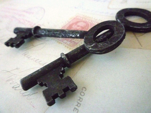 Keys Large x 2 - Aged Rusty Primitive - 2.5 inches