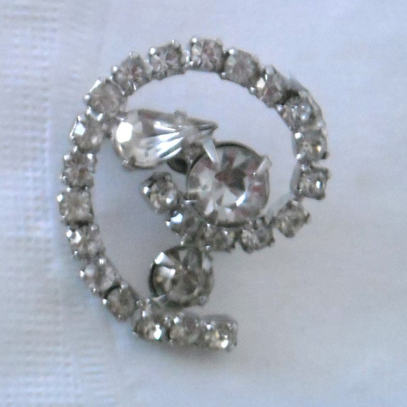 VINTAGE 50'S UNUSUAL RHINESTONE BLINGY CURLED BROOCH