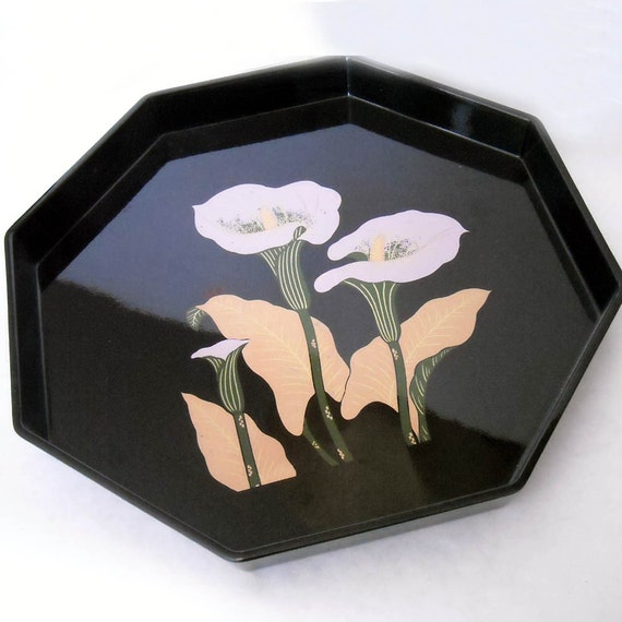 VINTAGE 70'S TOYO OCTAGONAL BLACK LACQUER WARE TRAY WITH CALL LILLIES