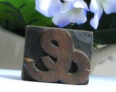 Hardwood letterpress Ampersand, &, free standing and 1 1/8 inches tall. Unusual handcarved rare font.