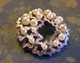 Vintage TRIFARI Silvertone Ribbons and Pearls Brooch