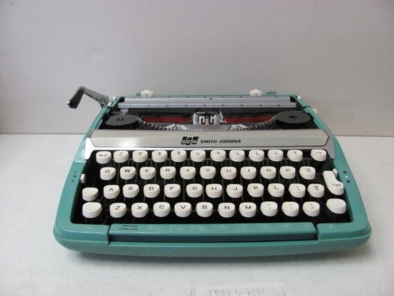 Vintage 1960s Smith Corona Corsair Deluxe Manual Portable Typewriter