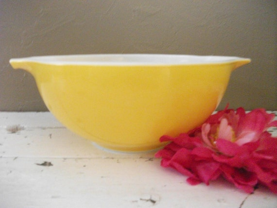 Adorable Sunny Yellow Pryrex Bowl - Great Condition