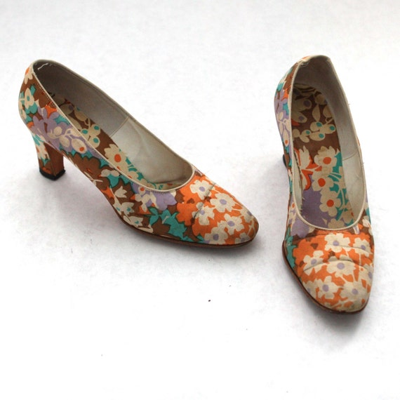 Vintage Floral Ladies High Heel Shoes in Blue Purple White Orange and Tan Size 7