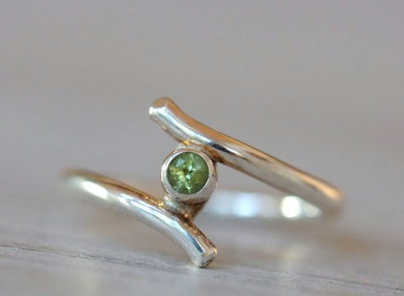 Sterling peridot ring. Elegant silver ring with faceted green peridot. August birthstone. Size 7.