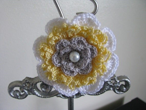 Sweet Marga Brooch in White Yellow and Silver