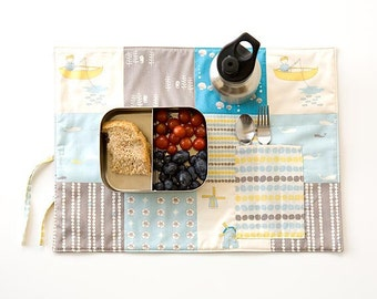Travel placemat for organic boys. Ecofriendly placemat  with cutlery pocket. Blue, yellow and gray patchwork in organic cotton.