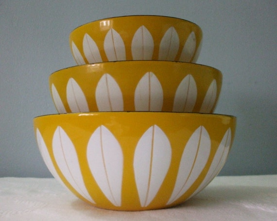 Cathrineholm Enamel Nesting Bowls...yellow lotus pattern, set of 3... Holiday Sale... FAST SHIPPING