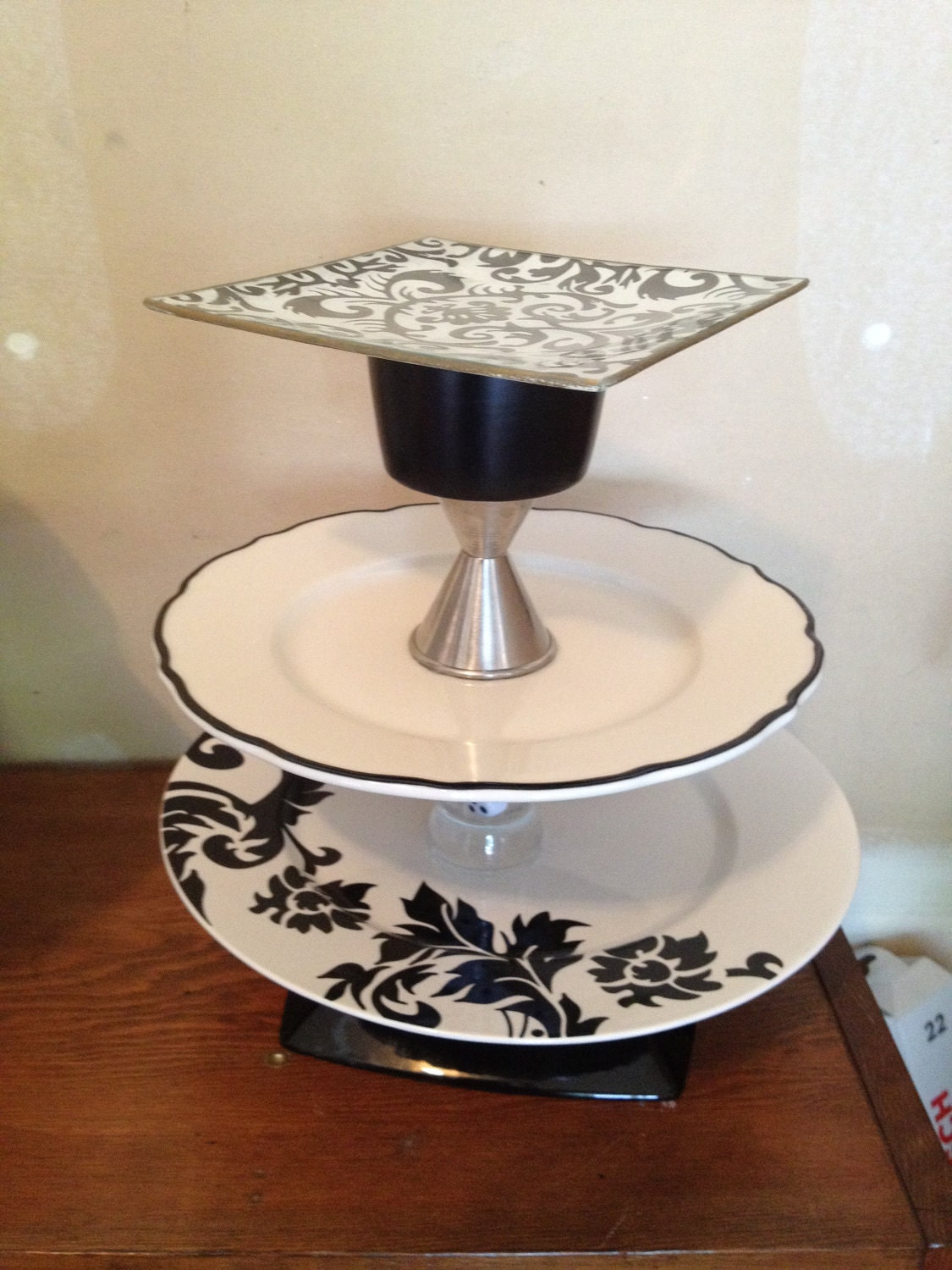 Cake stands come in a variety of colors, including popular options like black and white, styles, and materials, including glass, to serve all your baking and dessert needs. Choose from a classic look with glass cake stands or go with a material that is more in line with your personal style.