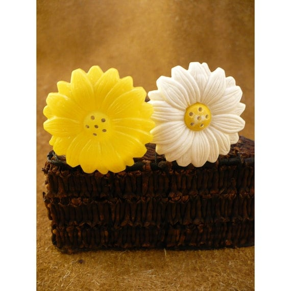 Yellow and White Daisy Vintage Plastic Salt & Pepper Shakers by Jaydon Inc.