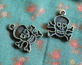 Skull brass charm - 10 ITEMS - pendant - Antique looking -