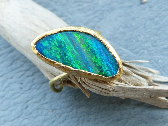 18 ct yellow and fingold ring with a very nice opal doublet