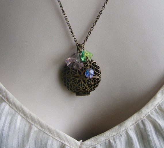 Vintage Inspired Photo Locket Necklace With Flowers. Nature Inspired. Flower Garden. Romantic. Chic