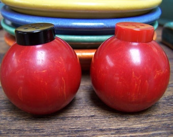 Red Bakelite Salt and Pepper shakers Catalin Deco VINTAGE by Plantdreaming