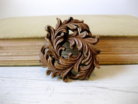 vintage 1940s // carved wood rococo brooch