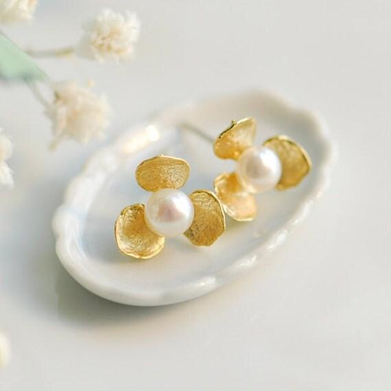 Gold stud earrings - Gold pearl earrings - Pearl earrings stud - Freshwater pearl earrings - gold flower earrings - June birth stone