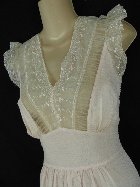 1950's lace nightgown. loomcraft pink seersucker ruffle nightie. medium.