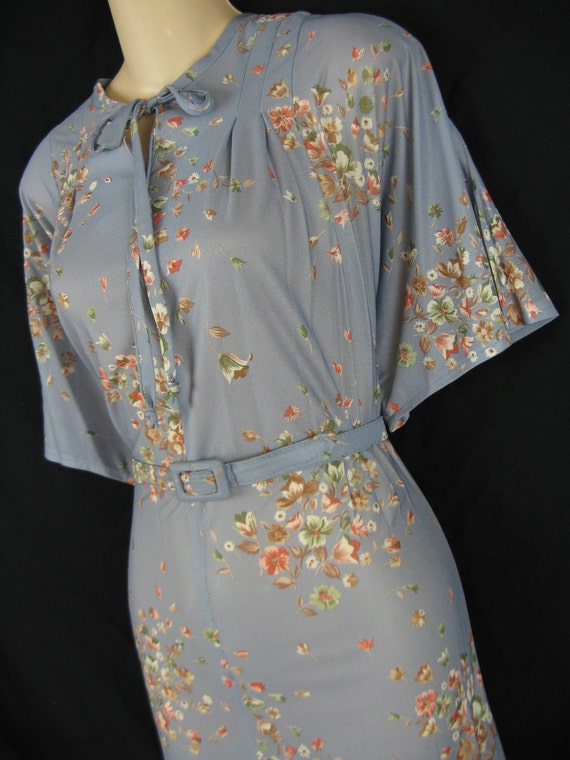 falling flower dress. 1970's blue gray floral. keyhole tie. x-large. new old stock.