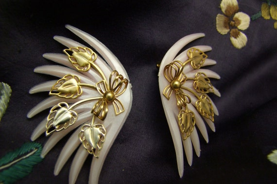 50s Pearlescent Gold Tone Leaves Clip On Earrings Super Sweet