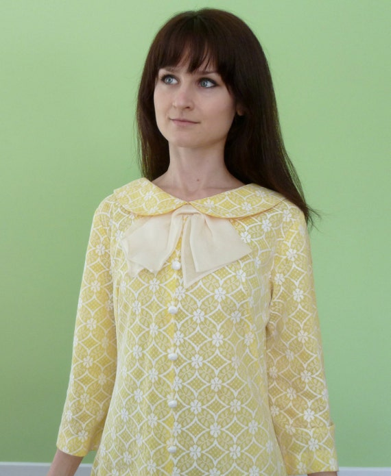 Vintage 1960s Yellow Dress Peter Pan Collar Ascot Bow Tie 60s Mod White Lace Medium Large